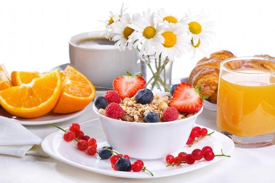 breakfast_cereal_strawberries_currants_raspberries_juice_flowers_coffee_orange